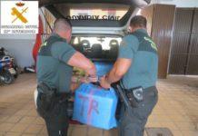 La Guardia Civil aprehende 11 fardos de hachís (417 kilos), 5 garrafas de 25 litros de gasoil y 3 teléfonos móviles.