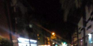 Solo una farola ilumina el tramo de la Avda. Cabo de Gata del Ego a la Calle La Marina.